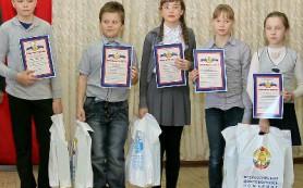 В Кардымове наградили потушивших пожар школьников