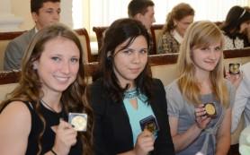 Выпускница гимназии Смоленска получила золотую медаль с шестью бриллиантами