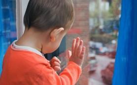 Четвертый ребенок выпал из окна квартиры в Смоленске. Насмерть