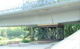 В Велиже полным ходом идет ремонт просевшего моста