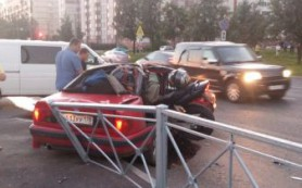 На трамвайных рельсах в Смоленске лежит мотоциклист