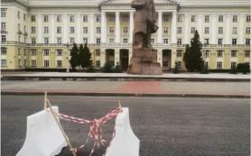 На площади Ленина из-за провала асфальта образовалась яма