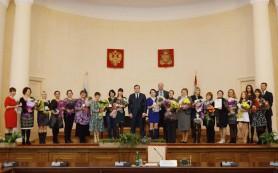 Алексей Островский наградил многодетных матерей