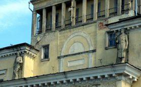 """Огромные фигуры снова будут установлены на бывшей гостинице """"Смоленск"""""""
