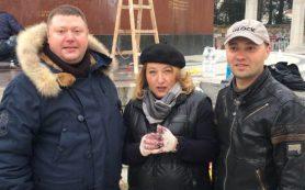 Смолянка помогает привести в порядок облитый краской памятник советским воинам в Вене