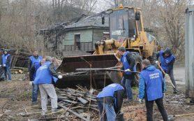 Смоленские единороссы помогают снести ветхие бараки в микрорайоне Сортировка