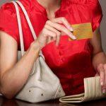 В Смоленске работница кафе украла у посетительницы банковскую карту