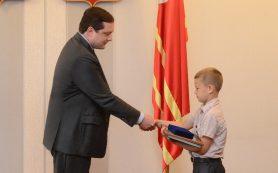 Губернатор Смоленской области наградил школьника Даниила Бахарева за мужество и героизм