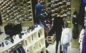 В Смоленске двое подростков, обокравших магазин, попали на видео