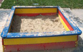 Детские песочницы в Смоленске наполнили песком