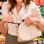 В Смоленске за кражу продуктов задержали алиментщицу