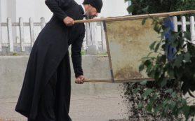 Смоленский батюшка занялся ремонтом дорог