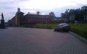 В Смоленске таксист припарковался прямо на набережной Днепра