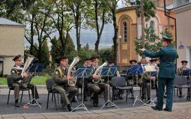 В Смоленске духовой оркестр Росгвардии устроил концерт у памятника Микешину