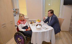Губернатор Алексей Островский встретился со смолянкой, чемпионкой паралимпийских игр Еленой Горловой
