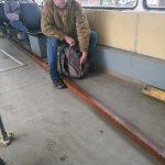 В Смоленске безбилетник чуть не выбил окна в трамвае металлопрофилем