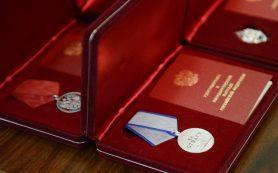 Губернатор Алексей Островский вручил смолянам государственные награды