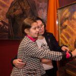 Внучка героя, погибшего под Смоленском, впервые увидела портрет деда на столичной выставке