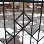 "В Ярцеве школы ""спрятали"" за решетку"