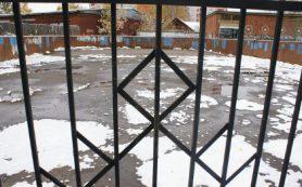 В Ярцеве школы «спрятали» за решетку