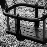 Качели с изношенными креплениями нашли на набережной в Смоленске