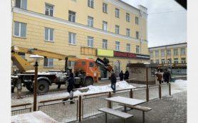 Демонтаж незаконной рекламы проводят на Колхозной площади в Смоленске