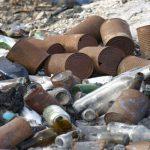 Стекло и мусор выбрасывают на стихийной свалке в Смоленске