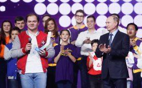 Алексей Островский поздравил Антона Коротченко с присвоением звания «Доброволец года»