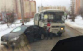 В Смоленске «ПАЗ» врезался в иномарку