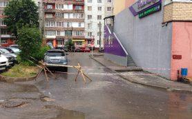 Смолянин чуть не стал жертвой обрушения фасада здания