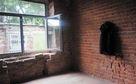 Мужчина упал с седьмого этажа дома в Смоленске и погиб