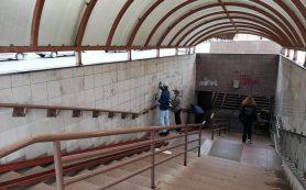 В Смоленске очищают от надписей подземный переход