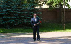 Алексей Островский возложил цветы к Вечному огню в Сквере Памяти Героев