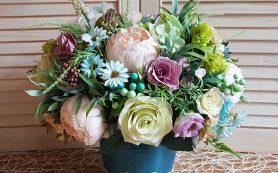 Красота искусственных роз и цветочное вдохновение искусственных ромашек