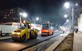 В Смоленске приступили к укладке верхних слоев асфальта на улице Николаева