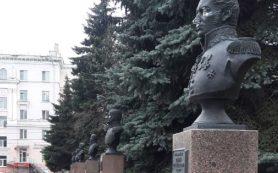 Следователи инициировали проверку по факту осквернения бюстов Героев в Смоленске