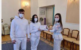 Две пары из Смоленска поженились в спортивных костюмах