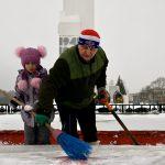Игорь Ляхов вместе с семьей расчистил снег и возложил цветы к воинскому захоронению
