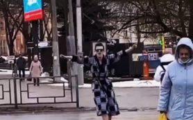 В центре Смоленска юноша в халате устроил танцы на переходе
