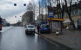 84-летнюю женщину госпитализировали. Стали известны подробности ДТП на остановке в Смоленске