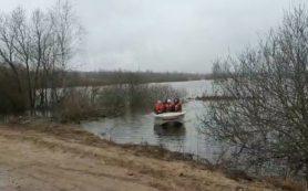 Под Смоленском спасатели организовали лодочную переправу из-за паводка