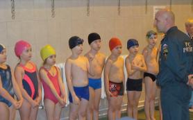 В Смоленске сотрудники МЧС провели занятие с детьми в бассейне