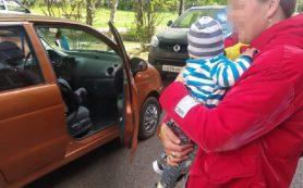 В Смоленской области спасателям пришлось доставать младенца из запертой машины