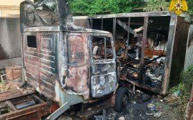 В Смоленске на Витебском шоссе сгорел забытый автомобиль «ЗИЛ»
