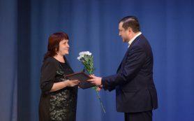 Алексей Островский поздравил социальных работников с профессиональным праздником